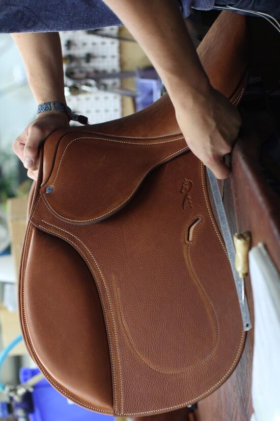 Fabrication selle equitation Antarès sellier cheval sur mesure en cuir français