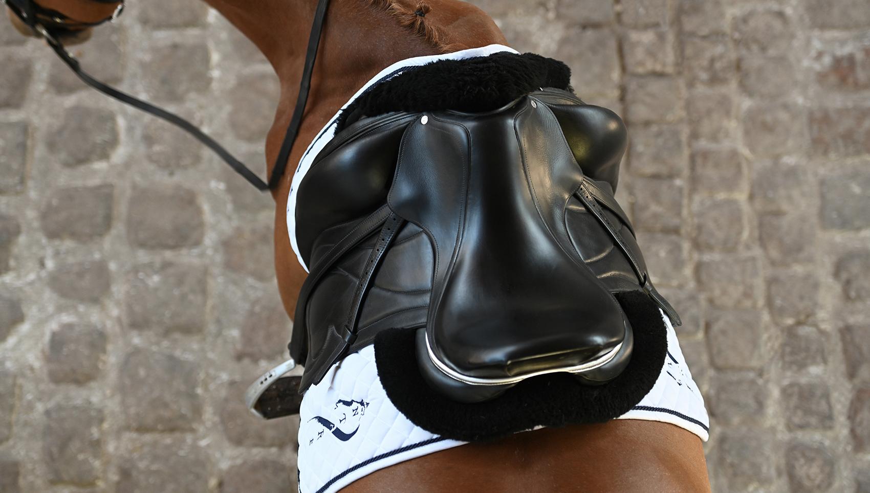 selle cheval equitation selle de dressage antares sellier monoquartier sur mesure en cuir marque haut de gamme